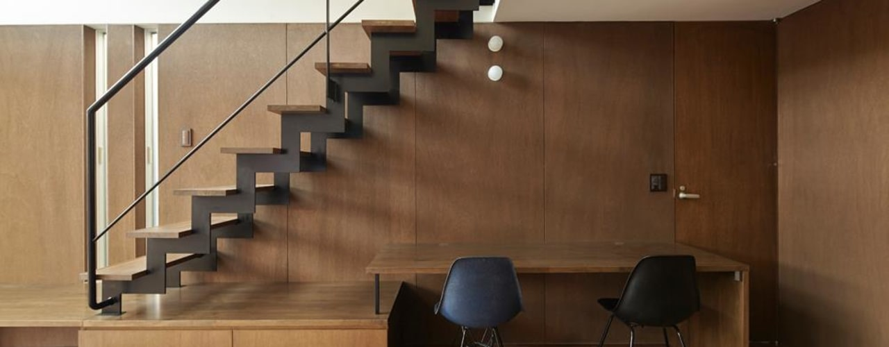 Modern corridor, hallway & stairs by 白砂孝洋建築設計事務所 Modern