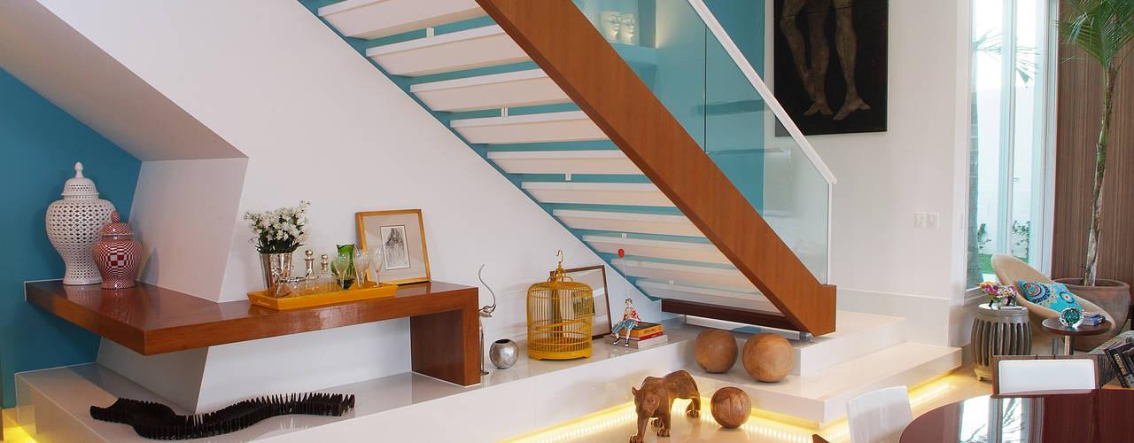 Minimalist corridor, hallway & stairs by 360arquitetura Minimalist