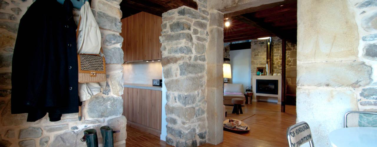 Pasillos y recibidores de estilo  por RUBIO · BILBAO ARQUITECTOS