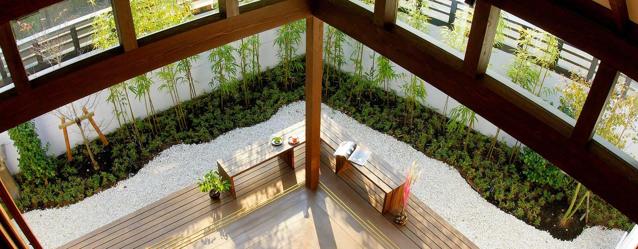 大屋根の家: フィールド建築設計舎が手掛けたテラス・ベランダです。,オリジナル