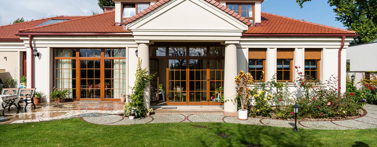 Dom w Bielicach: styl , w kategorii Domy zaprojektowany przez Gzowska&Ossowska Pracownie Architektury Wnętrz,Klasyczny