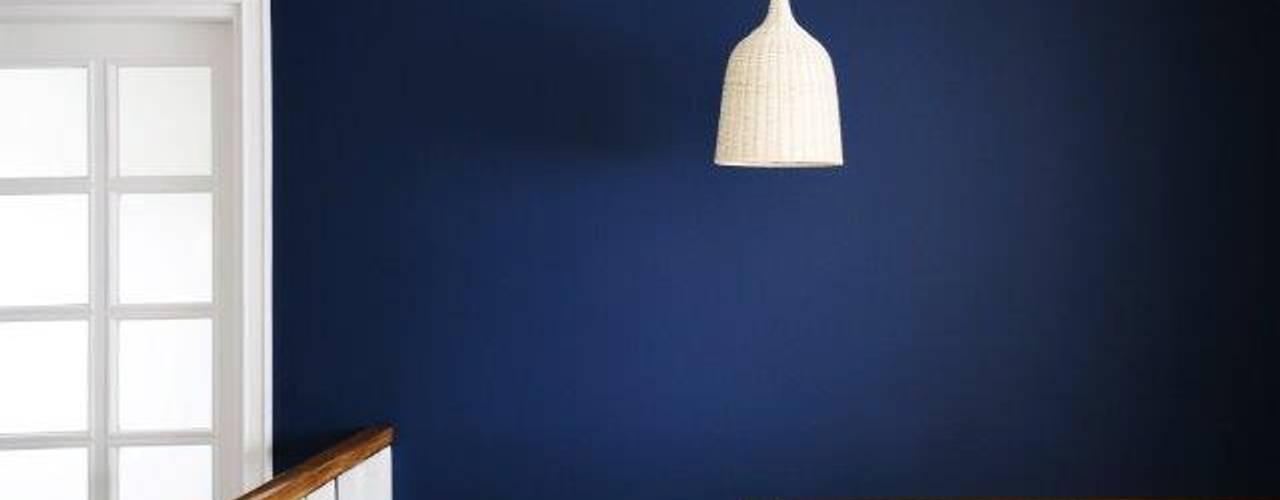 Dom w stylu amerykańskim - hol: styl , w kategorii Ściany zaprojektowany przez IDeALS   interior design and living store