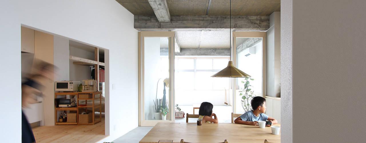 Salle à manger moderne par 今津修平/株式会社MuFF Moderne