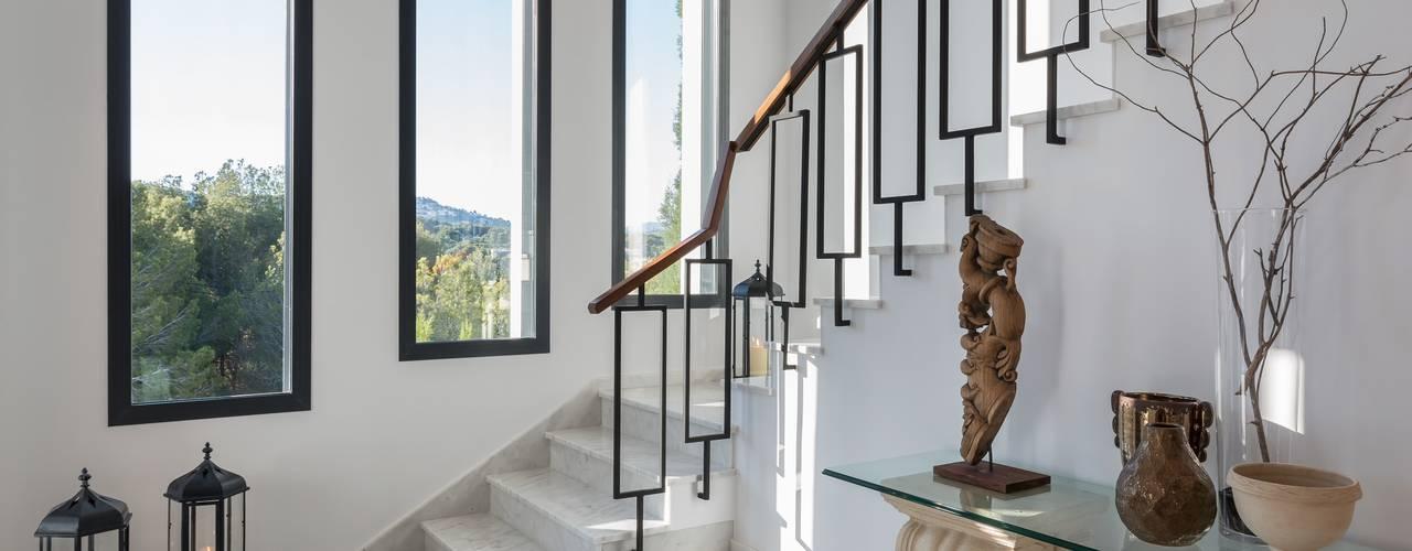 Laura Yerpes Estudio de Interiorismo Couloir, entrée, escaliers méditerranéens Blanc