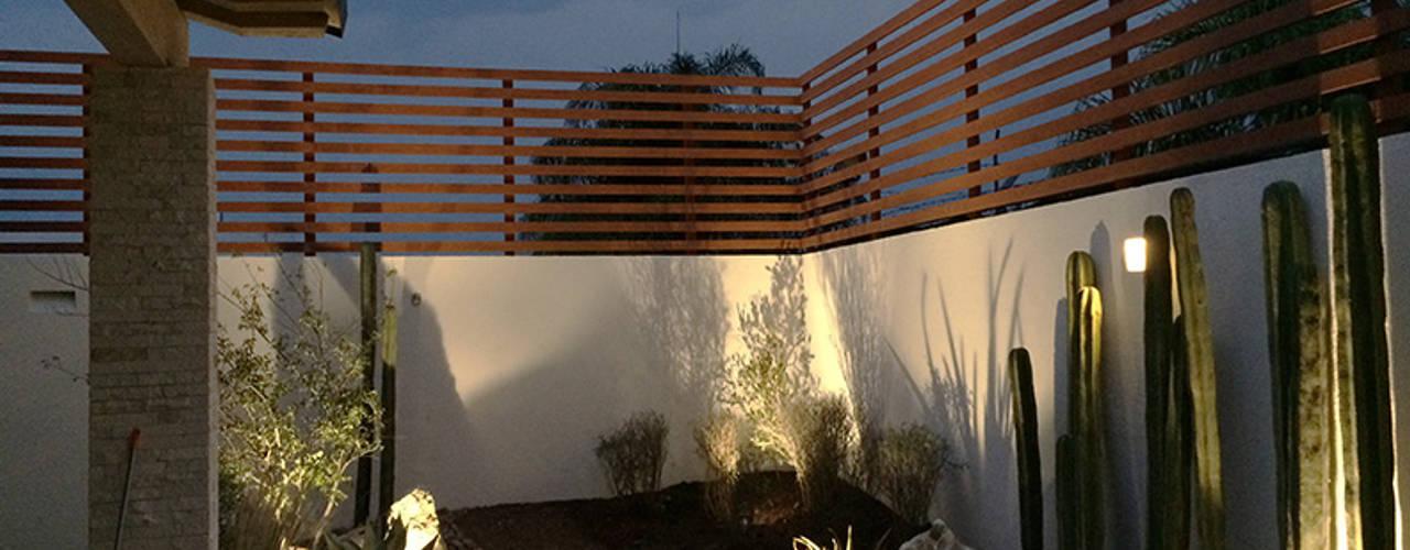 Nocturna del jardín recién plantado.: Jardines de piedra de estilo  por Hábitas