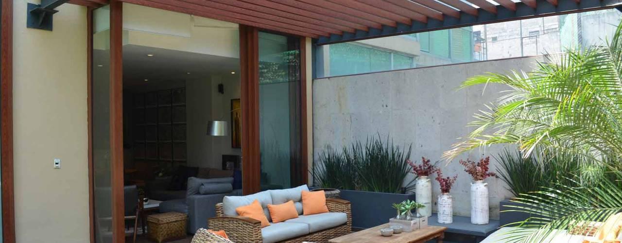 Pergolas : Jardines de estilo  por Productos Cristalum