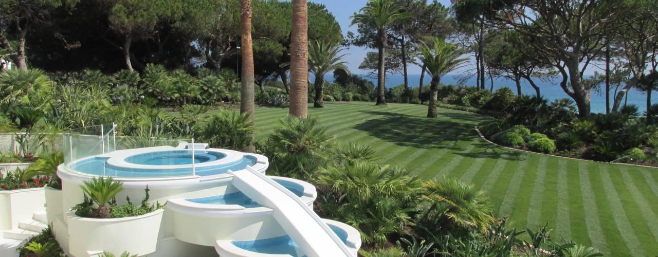 Tropical style garden by Jardim Vista Tropical