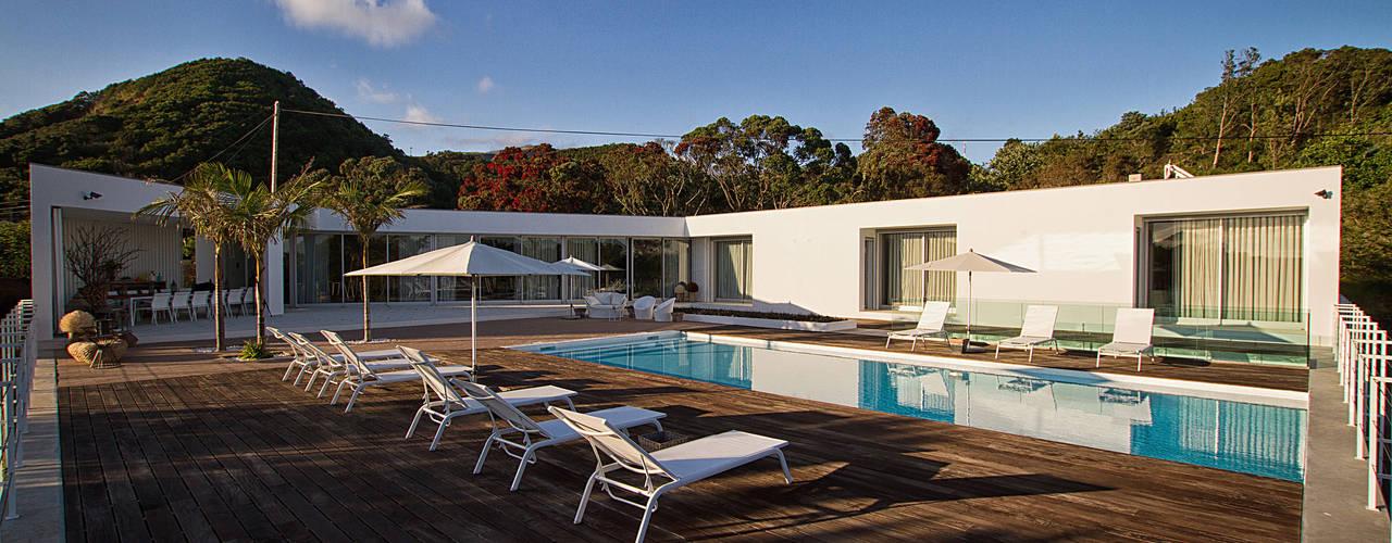 Casa na Caloura: Piscinas minimalistas por Monteiro, Resendes & Sousa Arquitectos lda.