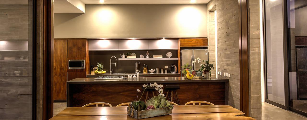 20 cocinas de madera bellas y modernas for Cocina de madera antracita