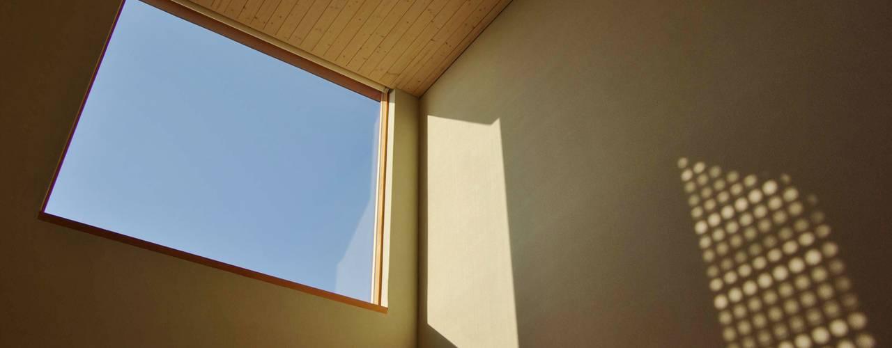 Modern windows & doors by 川口孝男建築設計事務所 Modern