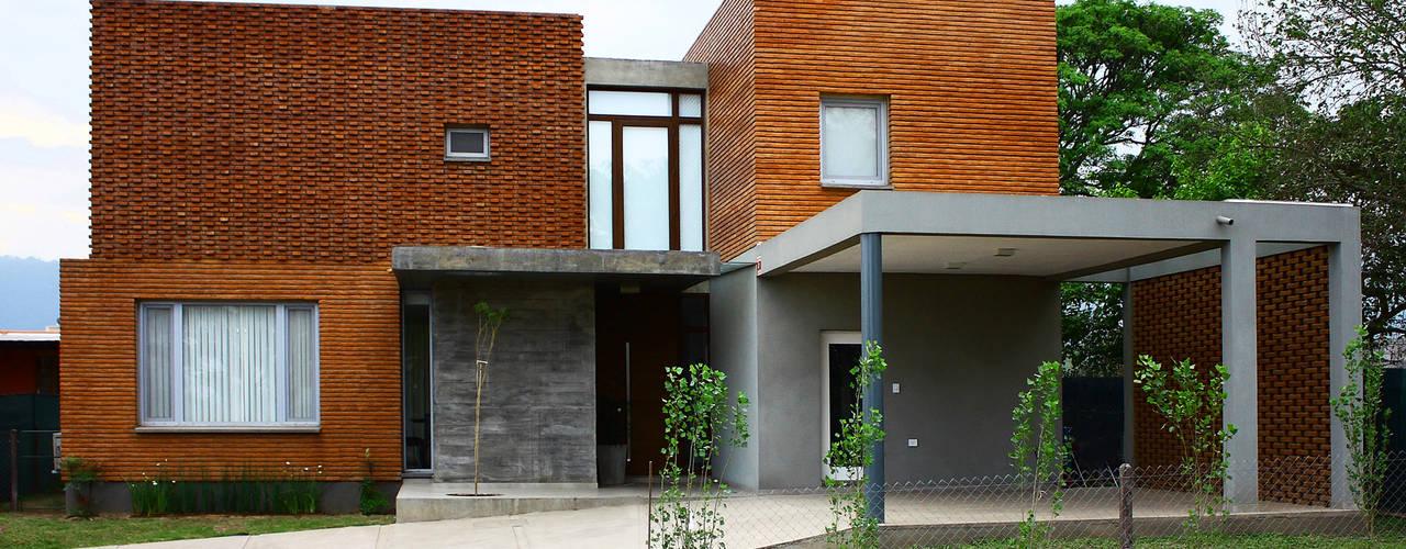 Vivienda Unifamiliar Casas modernas: Ideas, imágenes y decoración de AGUIRRE+VAZQUEZ Moderno