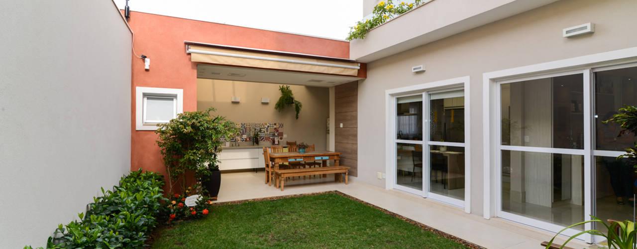 Jardines de estilo  por LAM Arquitetura | Interiores