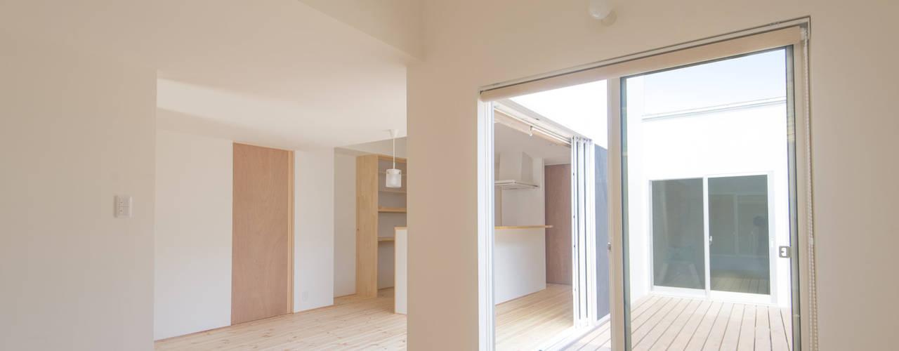 つどう×つながる家: 加藤淳一級建築士事務所が手掛けたテラス・ベランダです。