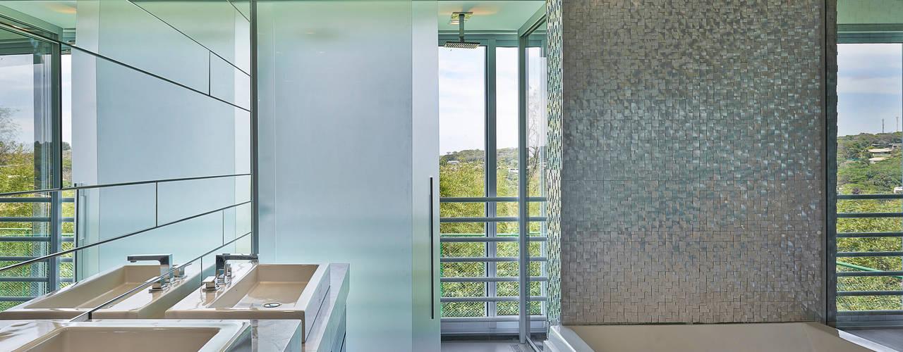 Sítio P.P.N.R: Banheiros  por Bellini Arquitetura e Design