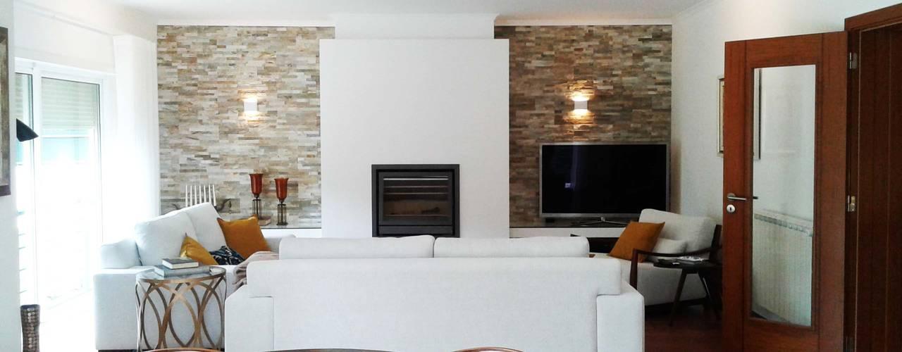 Moradia Golf: Salas de estar  por ARQAMA - Arquitetura e Design Lda