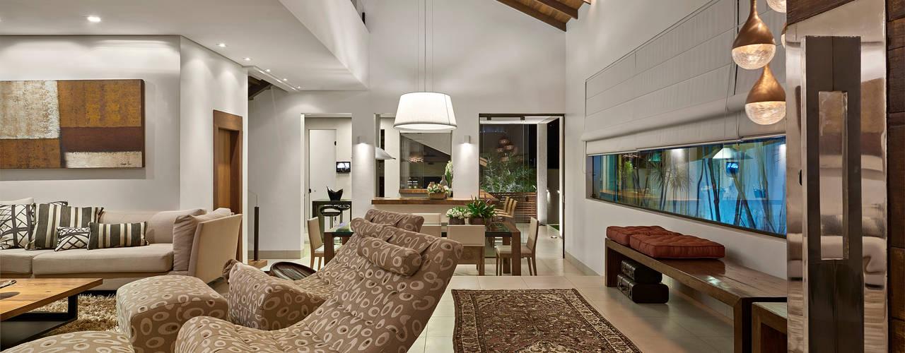 غرفة المعيشة تنفيذ Isabela Canaan Arquitetos e Associados