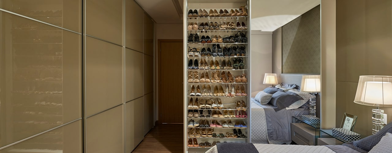 Camera da letto moderna di Isabela Canaan Arquitetos e Associados Moderno