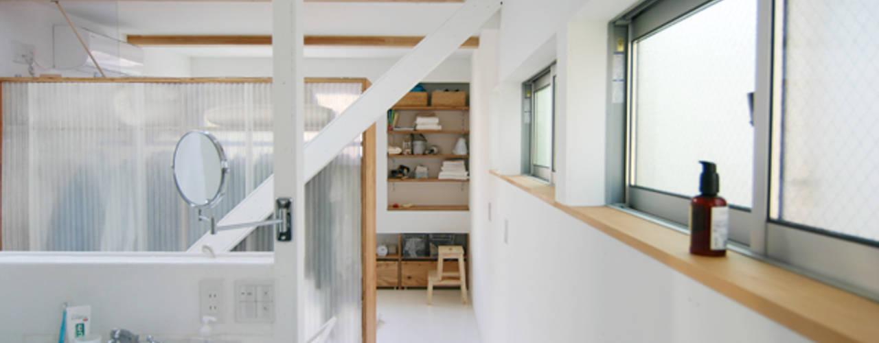 斜め材をあらわし空間をつなげた3階建て木造住宅 モダンスタイルの寝室 の 石井井上建築事務所 モダン