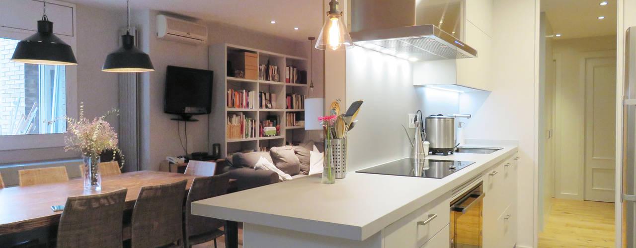 Cucina moderna di Brick Serveis d'Interiorisme S.L. Moderno
