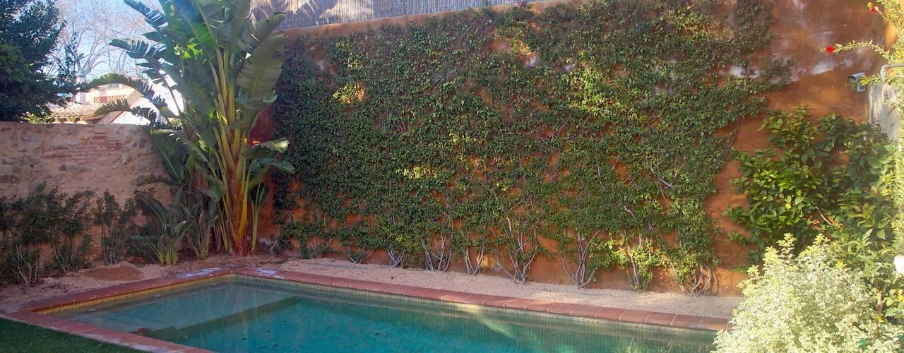 Vivienda Palafrugell: Jardines de estilo mediterráneo de Brick construcció i disseny