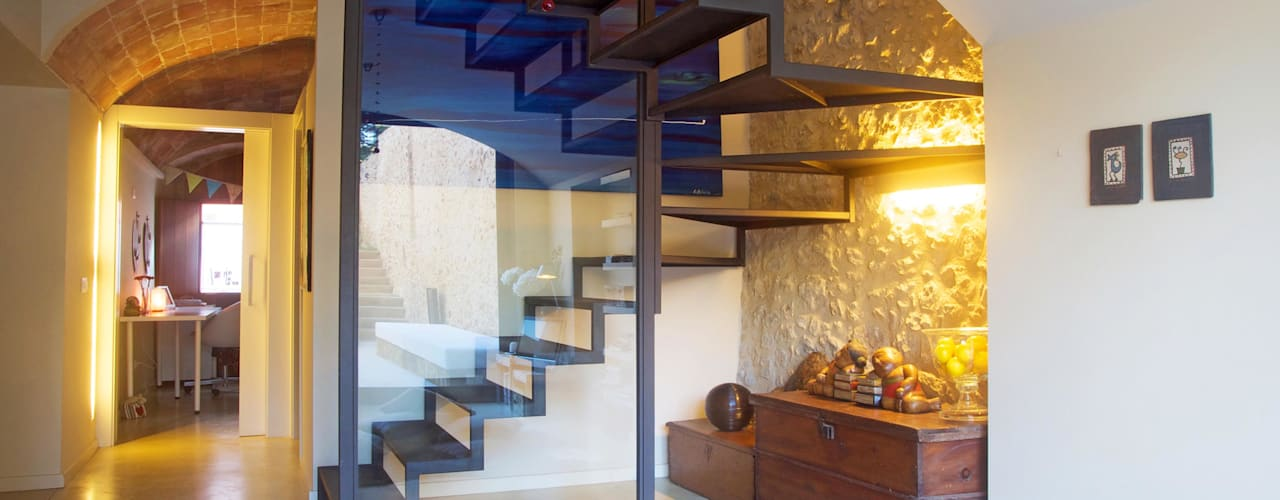 Pasillos, vestíbulos y escaleras mediterráneos de Brick Serveis d'Interiorisme S.L. Mediterráneo