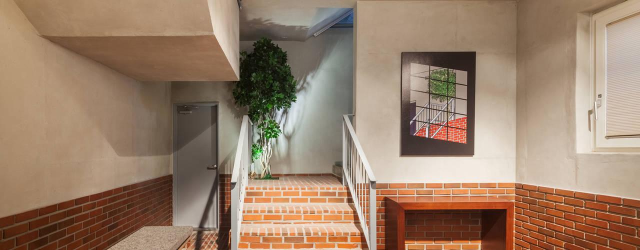 Hành lang, sảnh & cầu thang phong cách hiện đại bởi Strakx associates Hiện đại