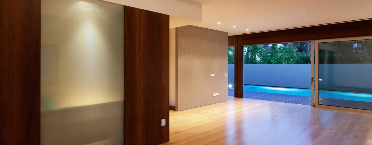 Casa AA_7: Salas de estar modernas por XYZ Arquitectos Associados