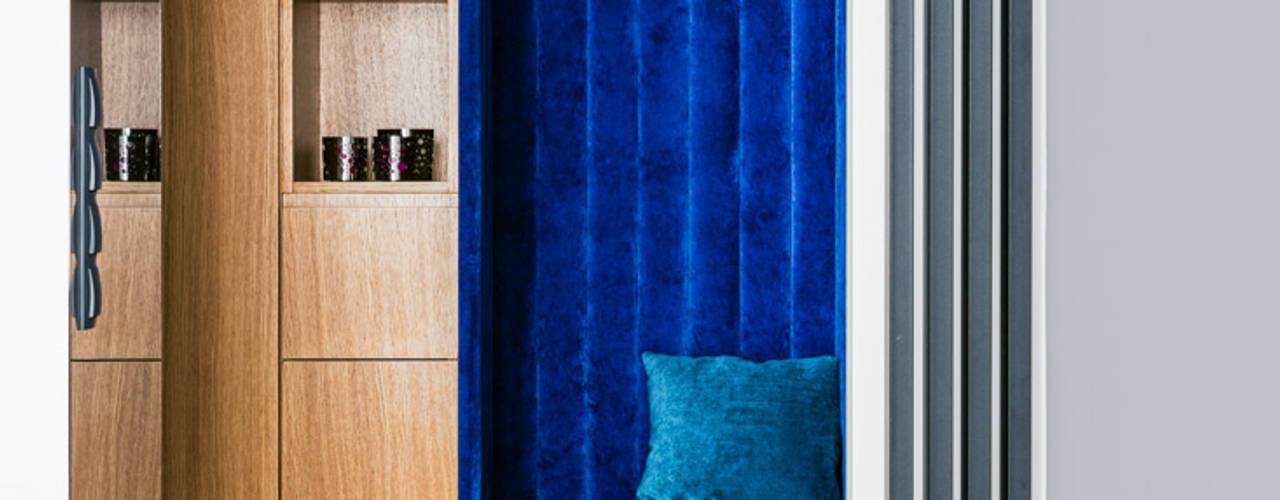 Ayuko Studio Pasillos, vestíbulos y escaleras de estilo minimalista Madera Azul