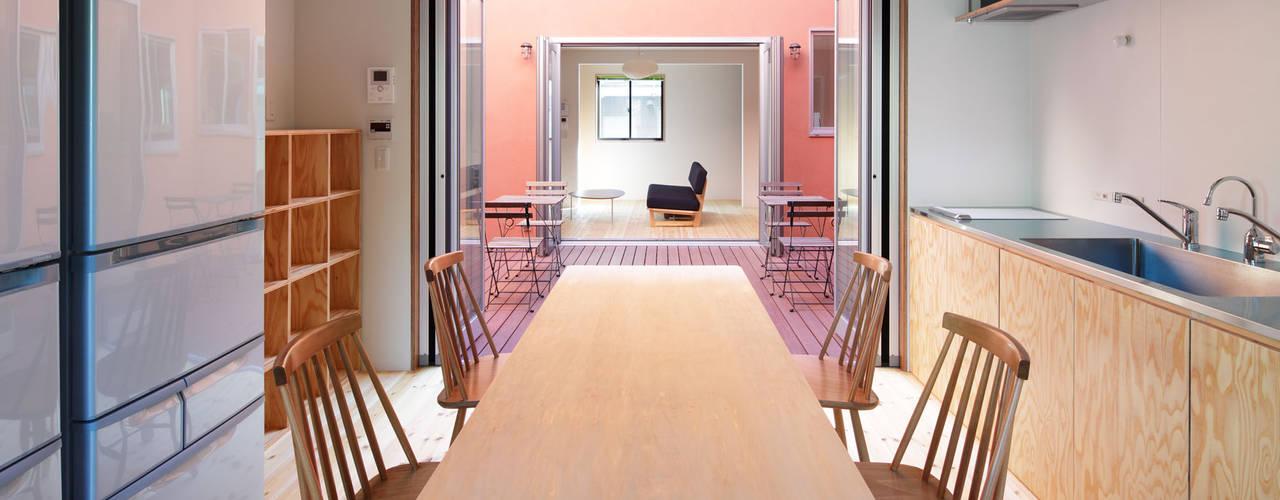 KMA しかくい空: 板元英雄建築設計事務所が手掛けたキッチンです。
