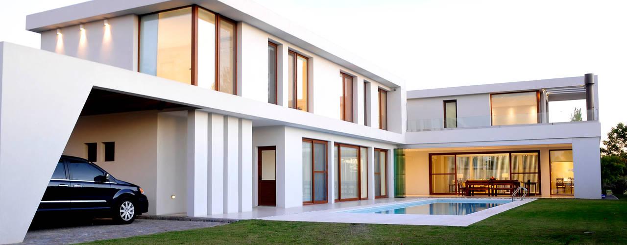 CASA EN GOLF CLUB NORDELTA, BUENOS AIRES, ARGENTINA: Estancias de estilo  por Ramirez Arquitectura,Moderno