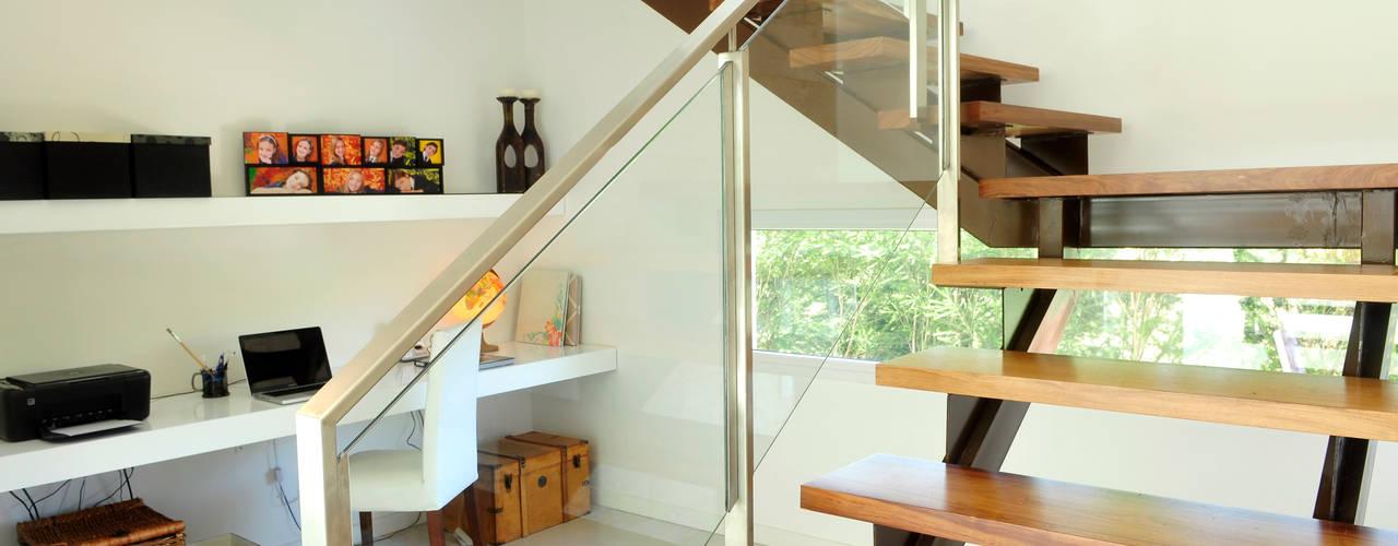 Pasillos y recibidores de estilo  por Ramirez Arquitectura, Moderno