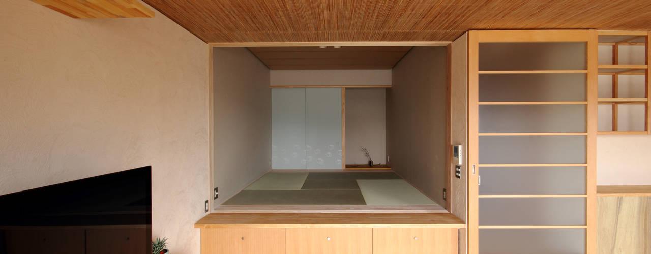 巽の家: ナオ デザイン&パートナーズ/NaO Design&Partnersが手掛けたリビングです。