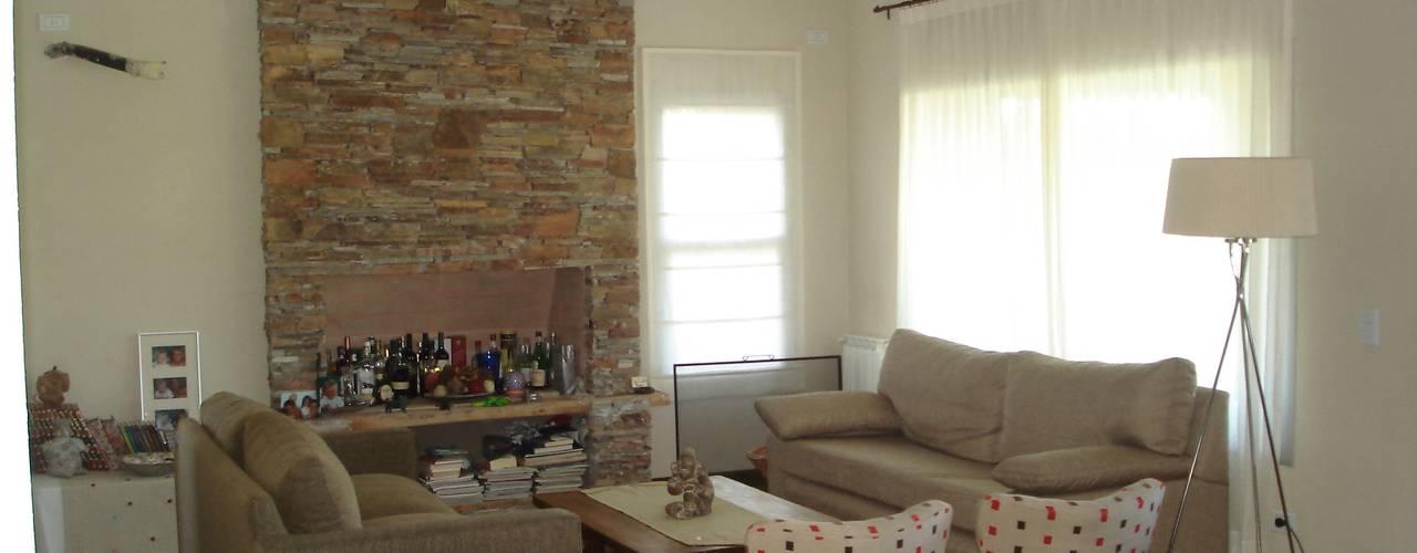 Salas de estar rústicas por Fainzilber Arqts.