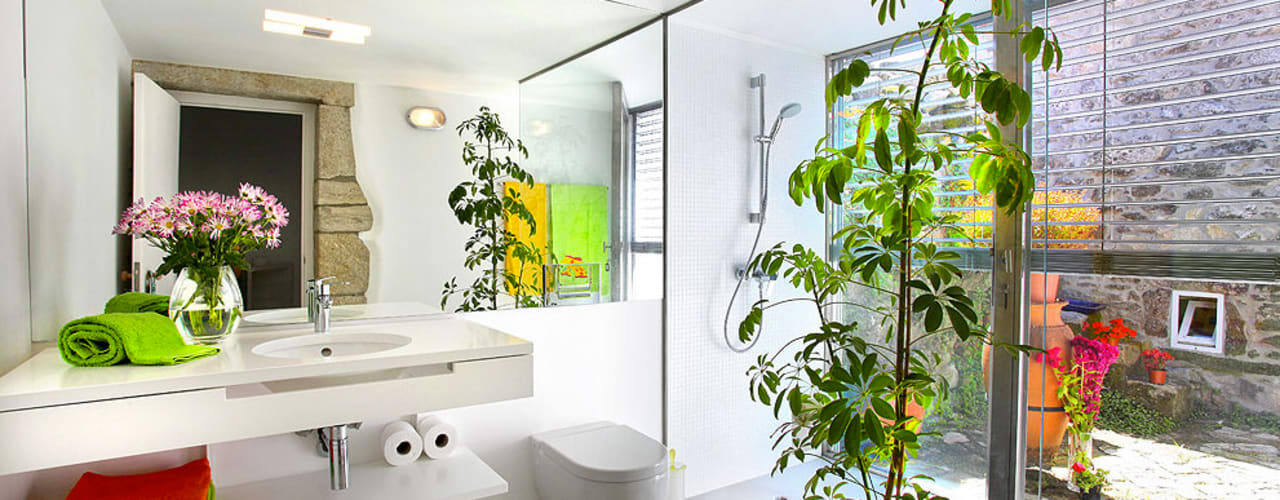 Modern bathroom by MANUEL CORREIA FERNANDES, ARQUITECTO E ASSOCIADOS Modern