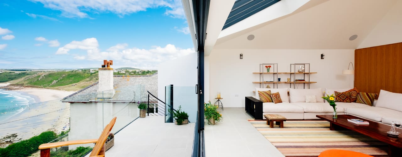 Gwel an Treth, Sennen Cove | Cornwall Modern balcony, veranda & terrace by Perfect Stays Modern