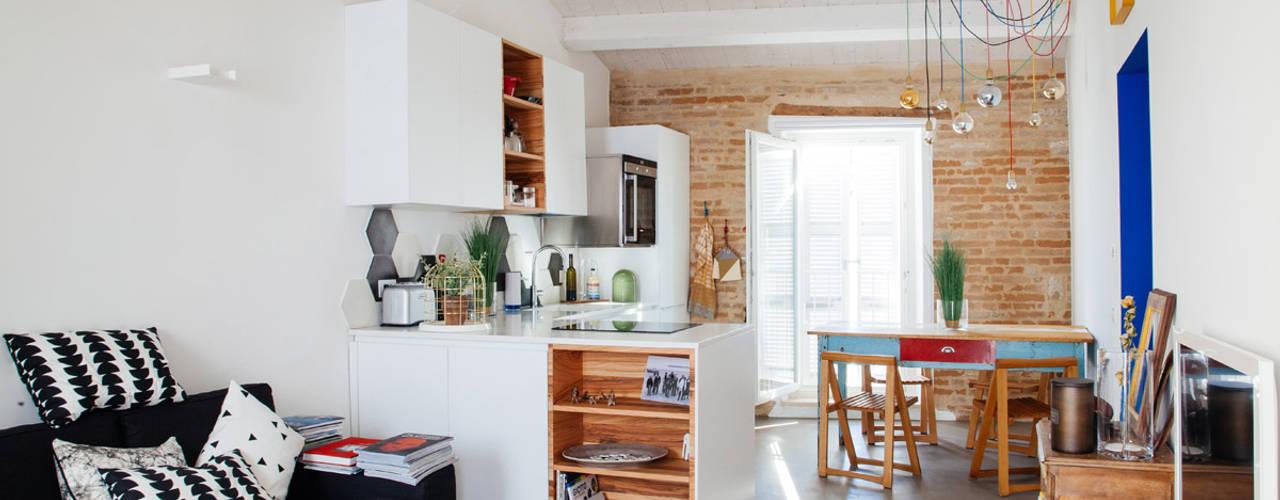 Salas de estar mediterrâneas por Ossigeno Architettura Mediterrâneo