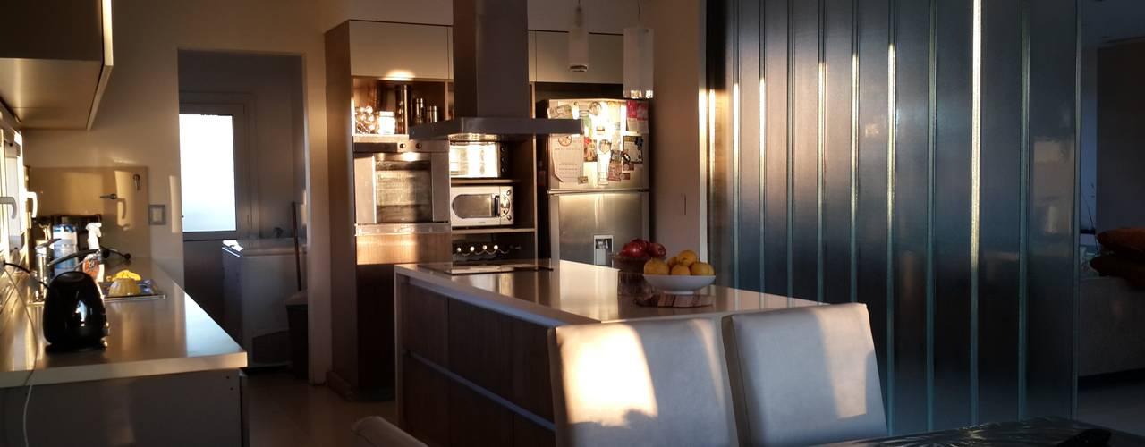 Casa en Los Lagos - Nordelta: Cocinas de estilo  por Arquitectos Building M&CC - (Marcelo Rueda, Claudio Castiglia y Claudia Rueda)