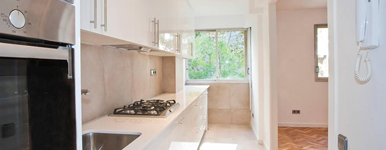 Reforma integral en calle Aribau de Barcelona Grupo Inventia Cocinas de estilo moderno Sintético Blanco