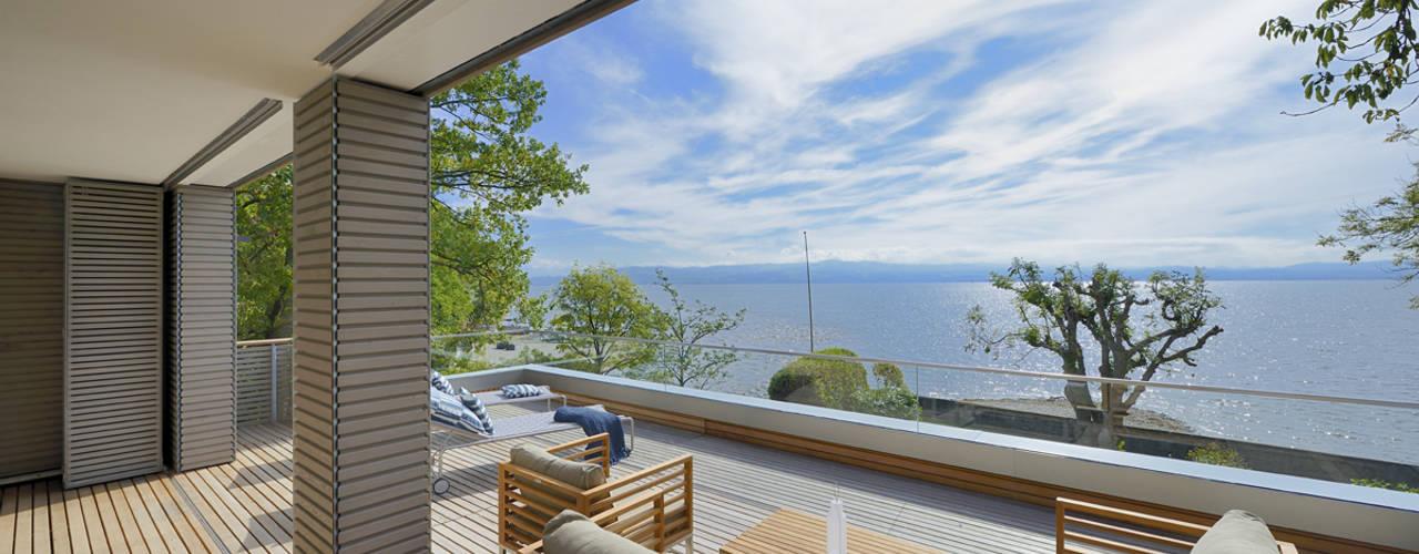 Балкон и терраса в стиле модерн от Bau-Fritz GmbH & Co. KG Модерн