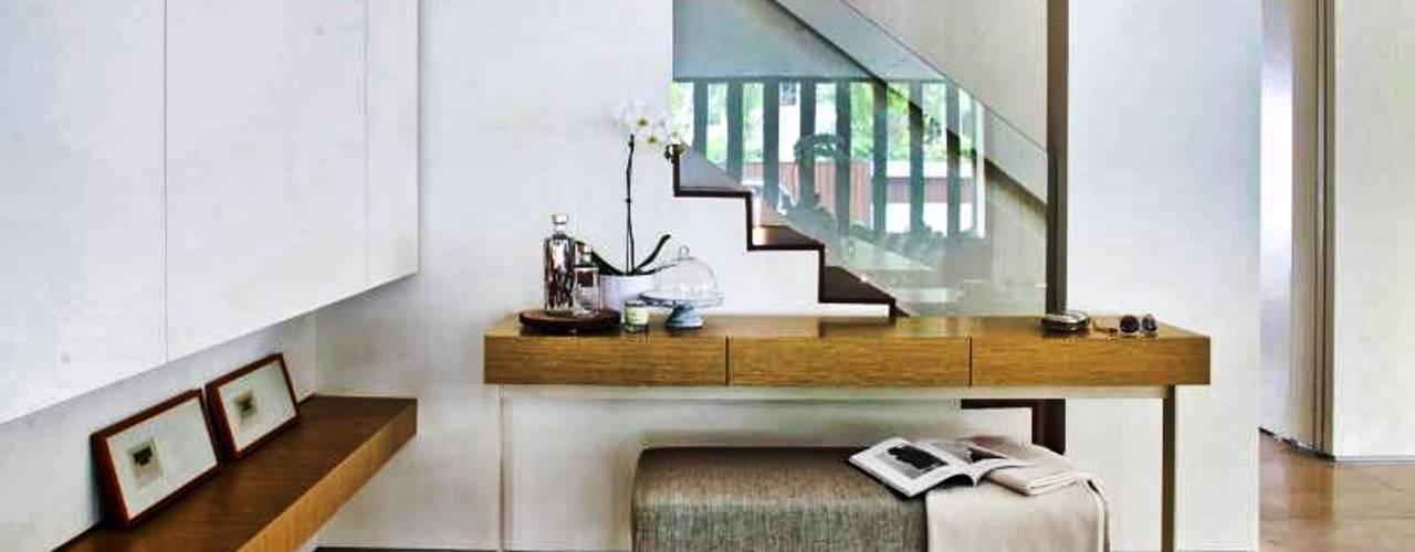 Modern corridor, hallway & stairs by ESPACEA Modern
