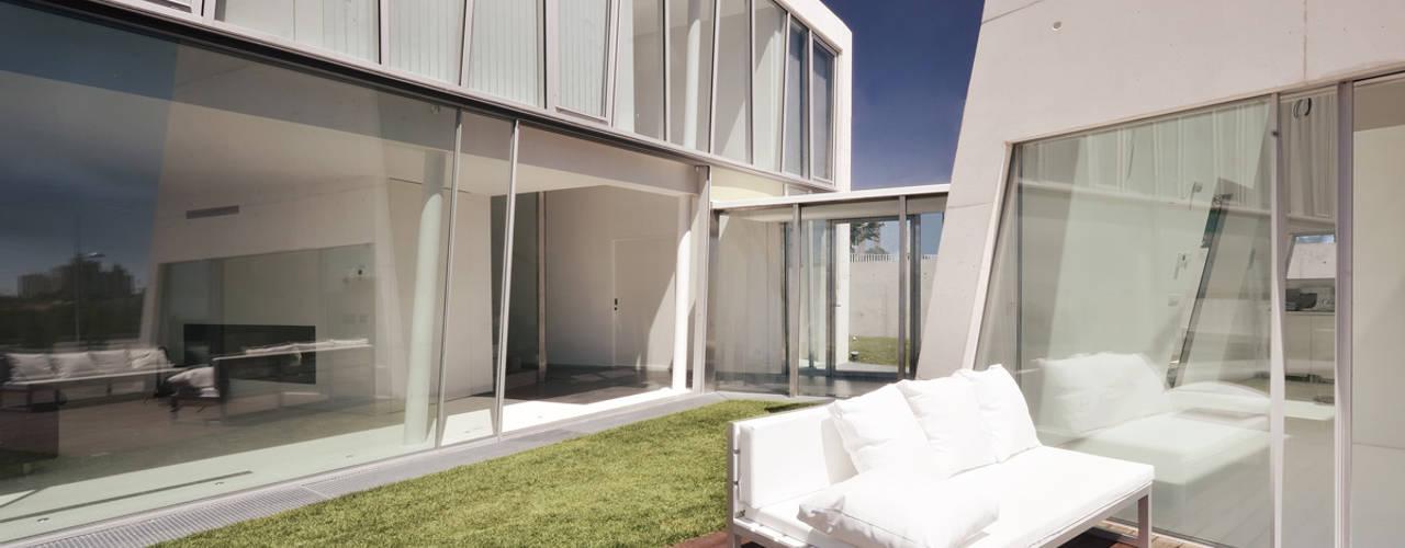 Casa em Alcoutins, Lisboa: Casas  por guedes cruz arquitectos,Minimalista