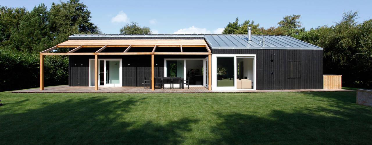 Scandinavian style houses by De Zwarte Hond Scandinavian
