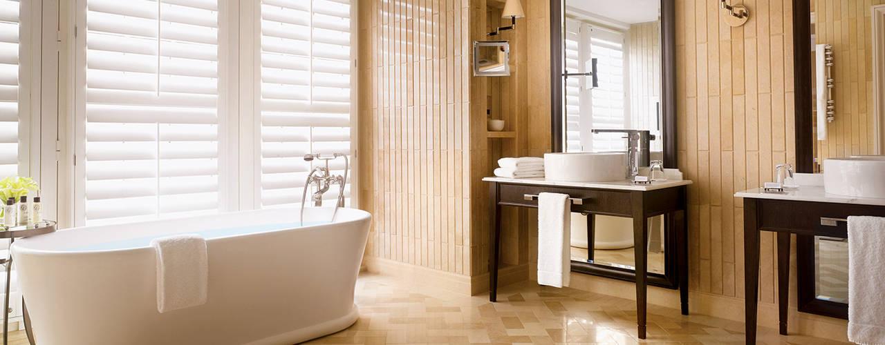Corinthia Hotel Penthouses Modern bathroom by Debbie Flevotomou Architects Ltd. Modern