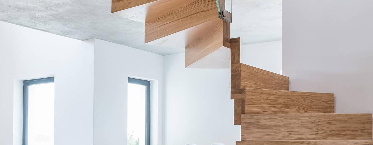 DREWNIANE SCHODY : styl , w kategorii  zaprojektowany przez BRODA schody-dywanowe