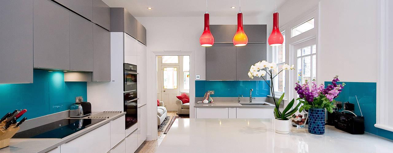 White and Grey - Turqoise adds a bit of spice Modern Mutfak Kitchen Co-Ordnation Modern