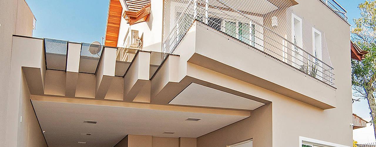 โดย Patrícia Azoni Arquitetura + Arte & Design โมเดิร์น