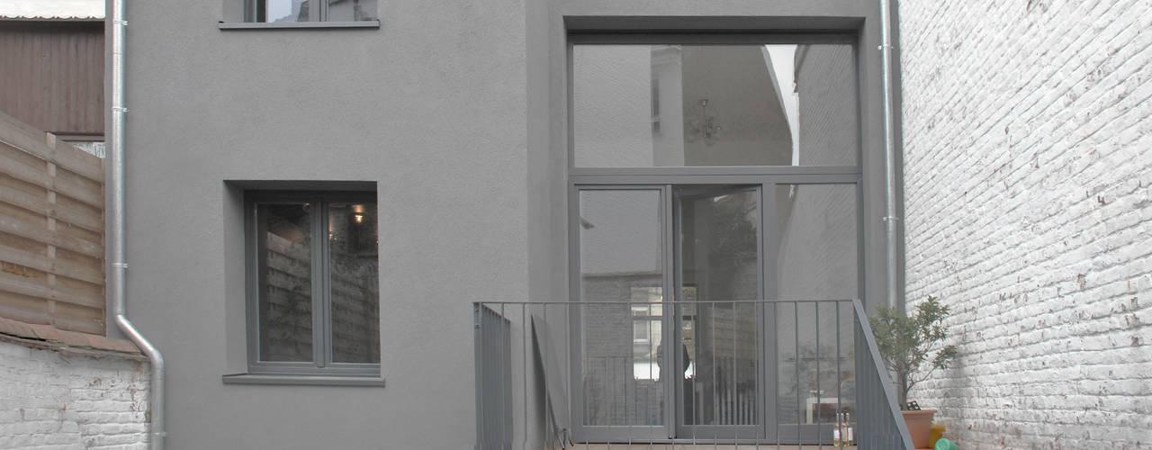 Conjunto residencial de estilo  por planomatic, Minimalista