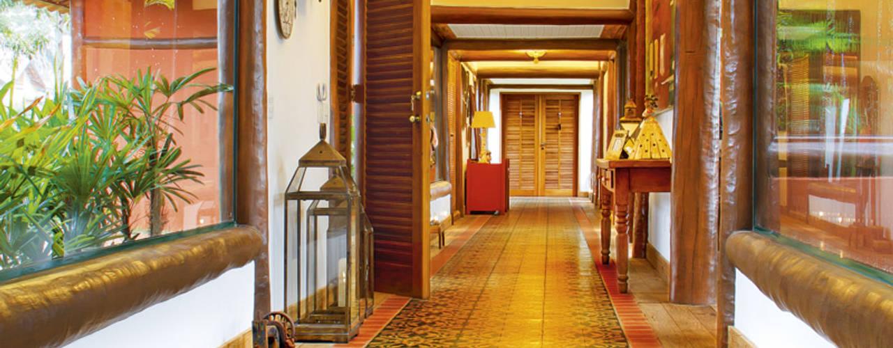 Pasillos y vestíbulos de estilo  por FERNANDO ROMA . estudioROMA, Tropical