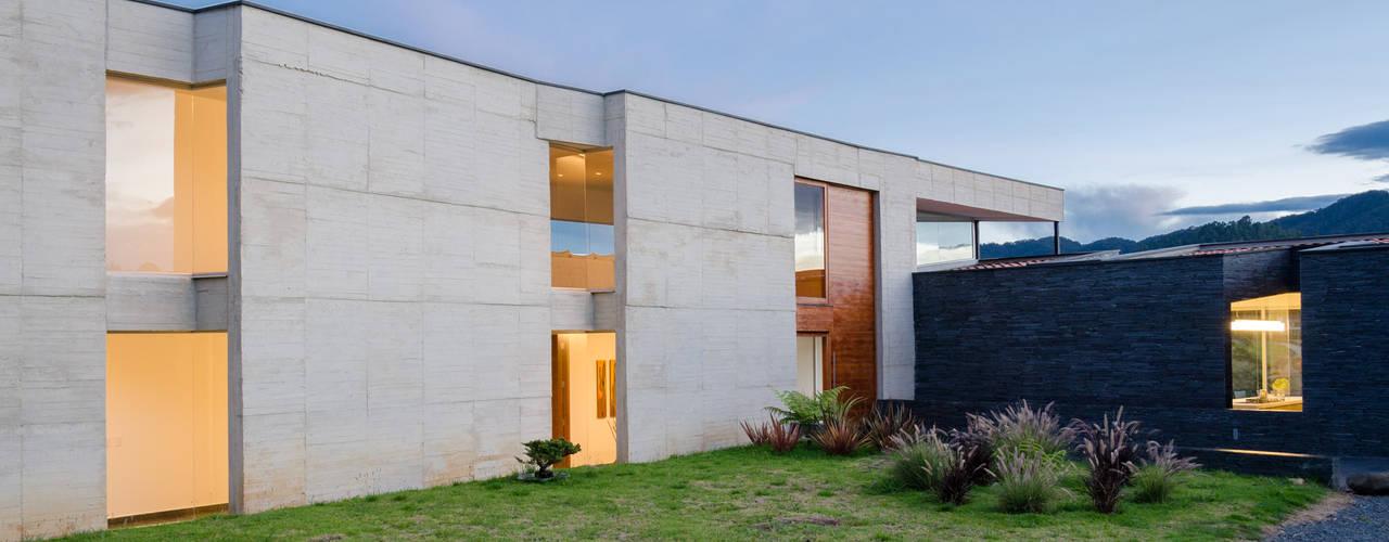 CASA ENTREJARDINES Casas de estilo tropical de PLANTA BAJA ESTUDIO DE ARQUITECTURA Tropical