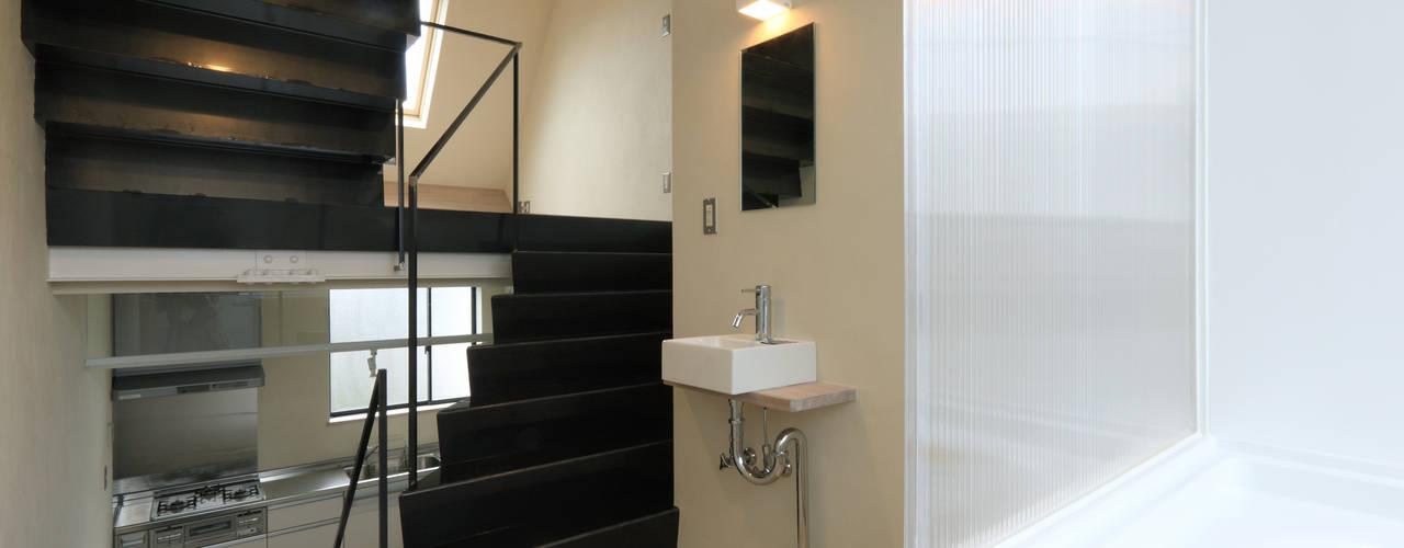 洗面所: 濱嵜良実+株式会社 浜﨑工務店一級建築士事務所が手掛けた浴室です。